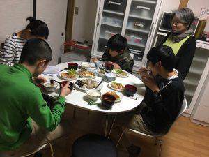 食卓を囲んでの食事です
